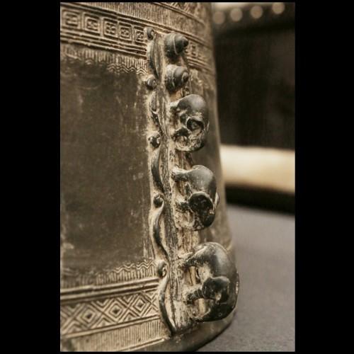 table de repas ou table de conférence composée de sphères et semi-sphères noir et or 145-Spheres